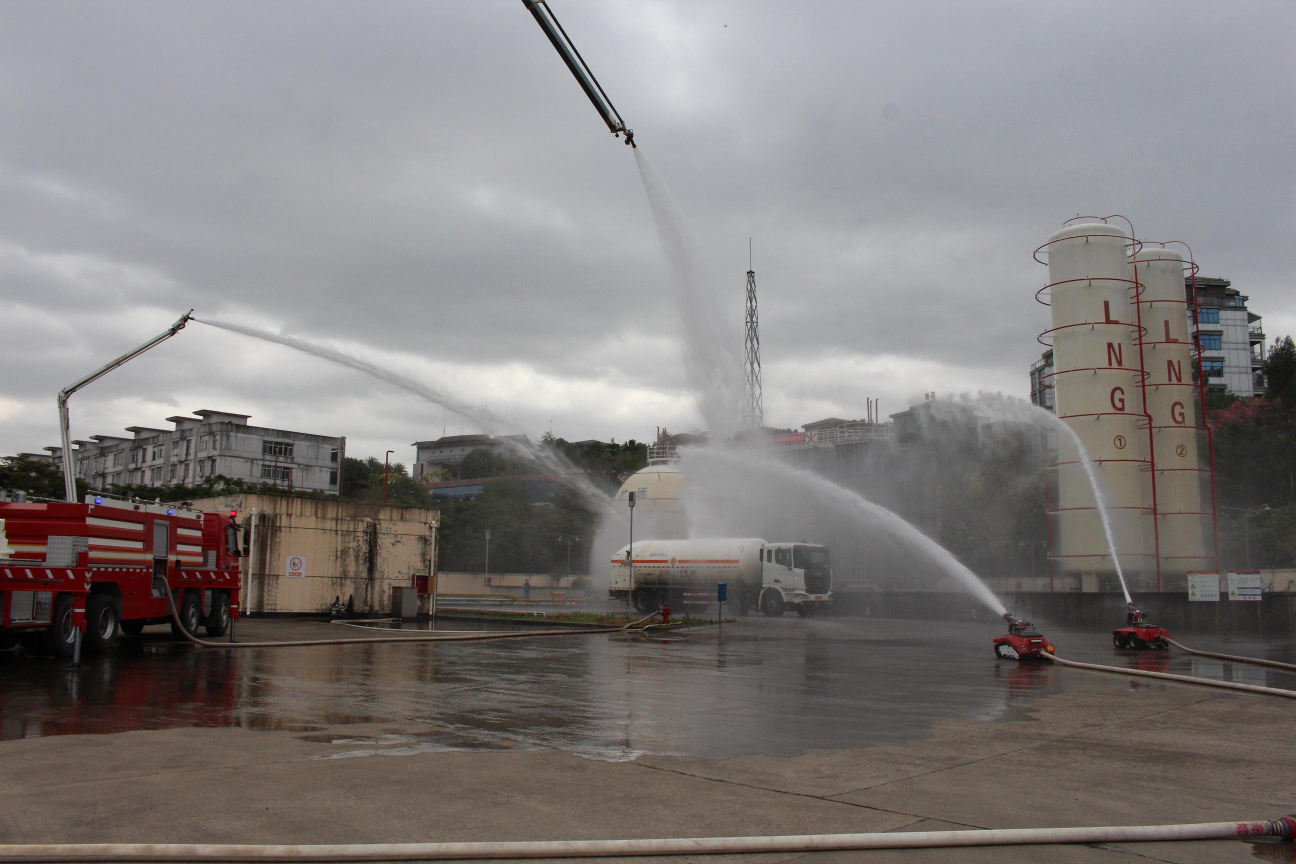 7、消防车和消防机器人在灭火.JPG