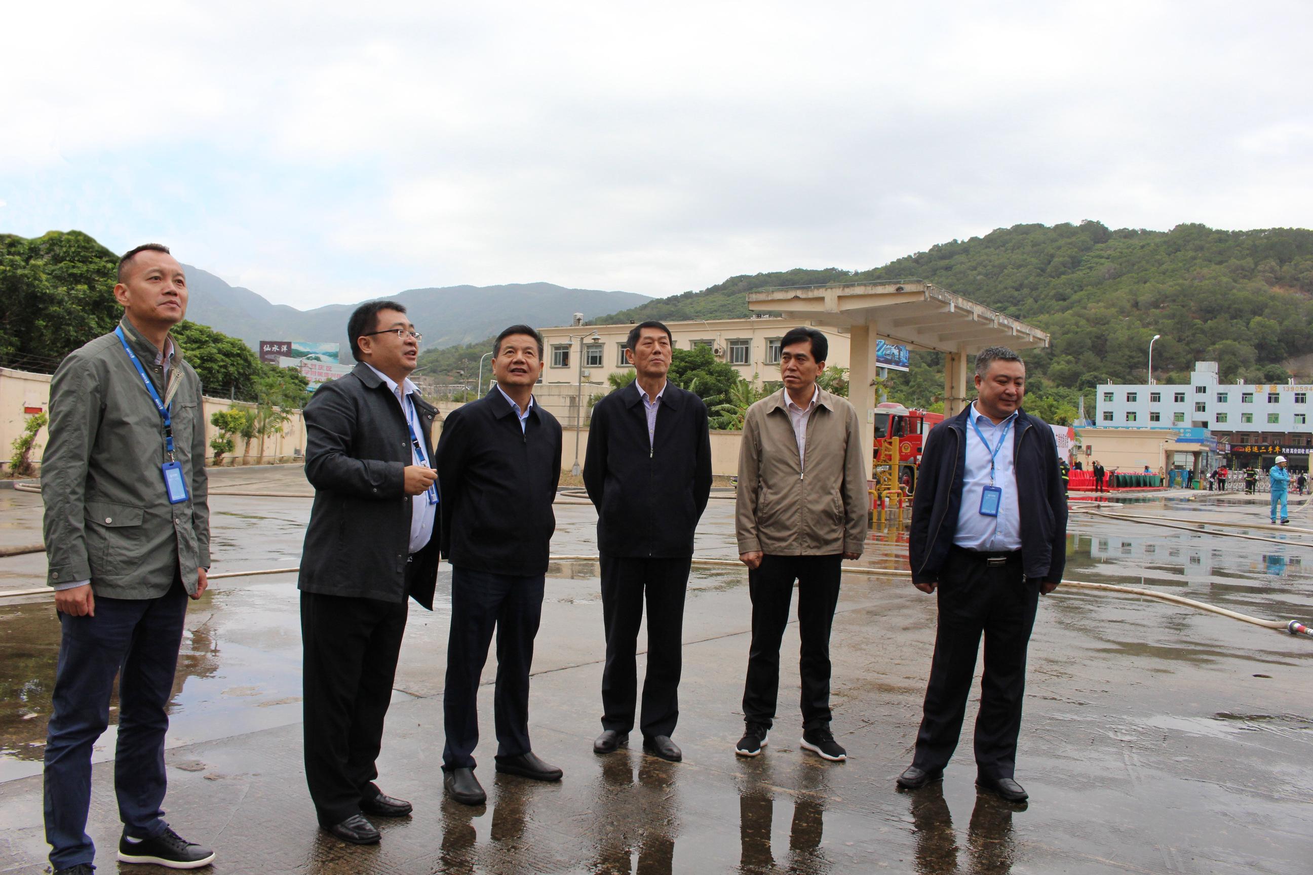 12、姜总向总黄总陪同副市长和市城管局、市应急局领导参观厂区.JPG